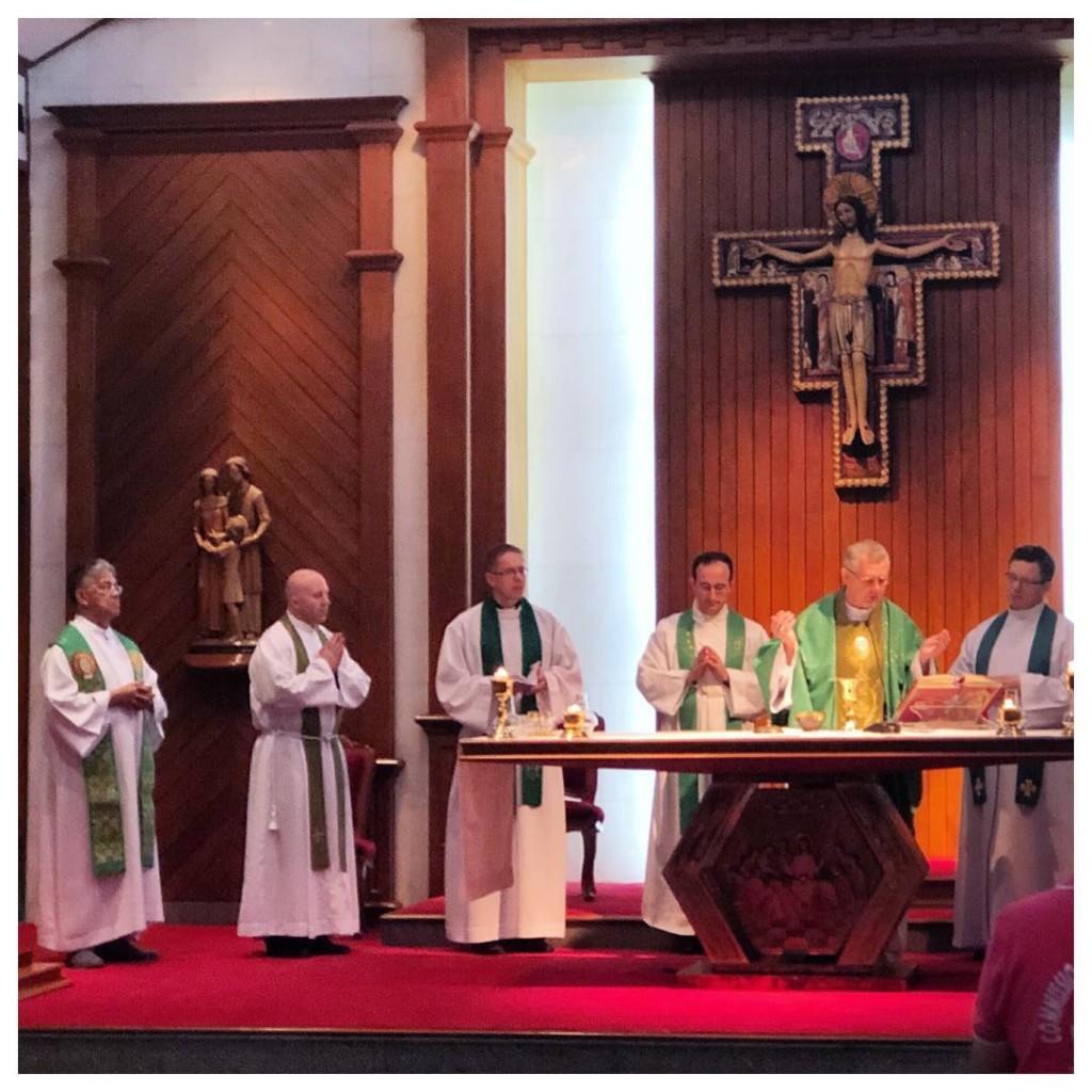 Don Boquet e Don Giordano concelebrano la Santa Messa con il Rev.mo Tomasz Bernard Peta, Arcivescovo del Kazakistan. L'arcivescovo Peta è uno dei relatori