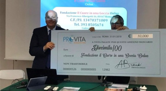 Toni Brandi consegna i fondi raccolti al Prof. Noia