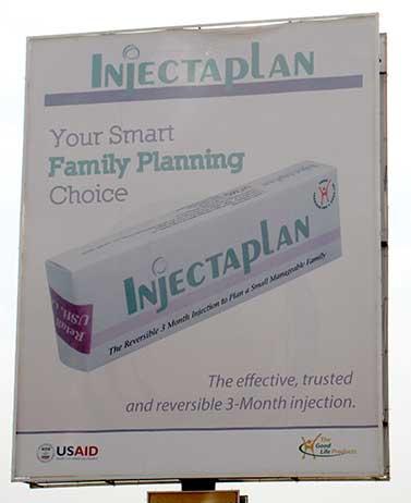 """Manifesto in Uganda che pubblicizza la contraccezione. Nel manifesto è scritto: """"La tua scelta intelligente di PIANIFICAZIONE FAMILIARE"""""""