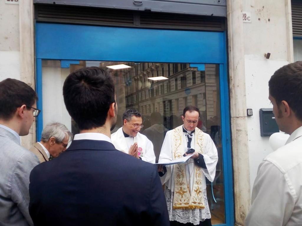 Don Francesco Giordano, durante la benedizione della nuova sede di Notizie ProVita Onlus