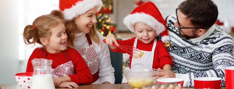 Passare del tempo come una famiglia include eventi quotidiani come cucinare i biscotti!