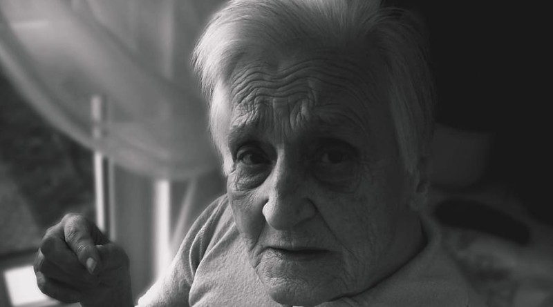 elderly-woman-black-and-white foto 2